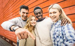 愉快的多种族朋友编组采取与流动聪明的selfie 库存照片
