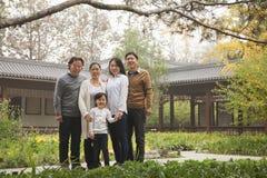愉快的多代家庭画象在庭院里 免版税库存照片