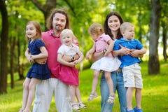 愉快的大六口之家在夏天公园 免版税库存照片