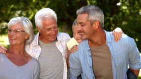 愉快的大家庭在公园 股票视频