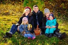 愉快的大家庭在秋天公园 野餐 图库摄影