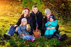愉快的大家庭在秋天公园 野餐 库存照片