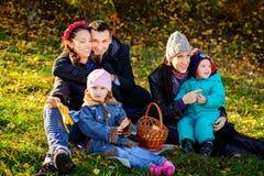 愉快的大家庭在秋天公园 野餐 免版税库存图片