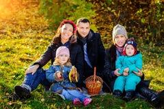 愉快的大家庭在秋天公园 野餐 库存图片