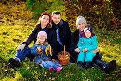 愉快的大家庭在秋天公园 野餐 免版税图库摄影