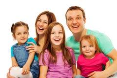 愉快的大微笑的家庭画象  免版税库存照片