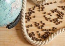 愉快的天构想哥伦布 地球,绳索,在木板的咖啡豆 图库摄影