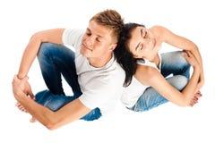 愉快的夫妇一起放松年轻人 免版税库存图片