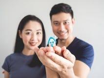 愉快的夫妇买房子开始家庭 免版税库存照片