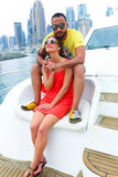 愉快的夫妇享受cruse旅行在海湾 免版税库存照片