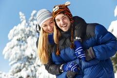 年轻愉快的夫妇人民在冬天 免版税库存图片
