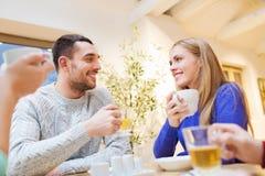 愉快的夫妇会议和饮用的茶或者咖啡 库存照片