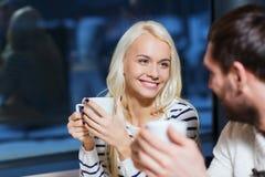 愉快的夫妇会议和饮用的茶或者咖啡 免版税库存图片