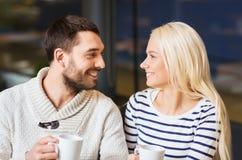愉快的夫妇会议和饮用的茶或者咖啡 图库摄影