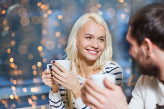 愉快的夫妇会议和饮用的茶或者咖啡 免版税图库摄影