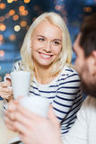 愉快的夫妇会议和饮用的茶或者咖啡 免版税库存照片