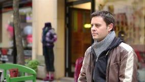 愉快的夫妇会议在城市 股票录像