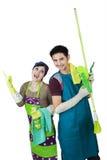 愉快的夫妇准备好对清洗的家 免版税库存图片