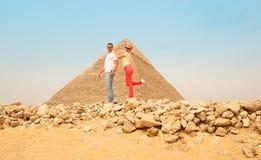 愉快的夫妇和金字塔,开罗,埃及 有的乐趣游人 免版税库存照片