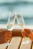 愉快的夫妇喝在游艇的香槟 库存照片