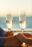 愉快的夫妇喝在游艇的香槟 免版税图库摄影