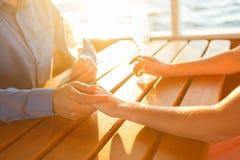 愉快的夫妇喝在游艇的香槟 图库摄影