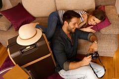愉快的夫妇回顾的照片 免版税图库摄影