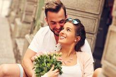 愉快的夫妇在一个日期在城市 库存照片