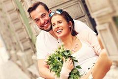 愉快的夫妇在一个日期在城市 图库摄影