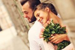 愉快的夫妇在一个日期在城市 免版税图库摄影