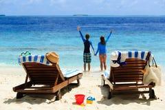 愉快的夫妇在一个热带海滩放松 免版税库存照片