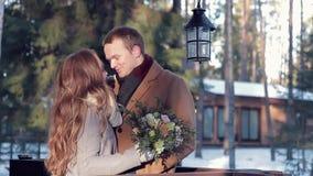 愉快的夫妇在华伦泰` s天,有花花束的一个女孩  股票录像