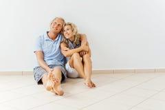 愉快的夫妇在家 免版税图库摄影