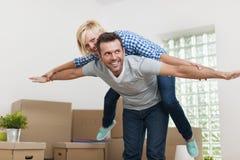 愉快的夫妇在家 免版税库存图片
