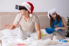 愉快的夫妇在床上的庆祝圣诞节假日 库存图片