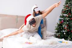愉快的夫妇在床上的庆祝圣诞节假日 库存照片