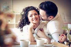 愉快的夫妇在床上,早晨时间 免版税库存图片