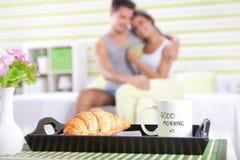 愉快的夫妇在床上-早晨好 免版税库存图片