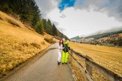 愉快的夫妇在度假拥抱在白云岩山的 图库摄影