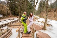 愉快的夫妇在度假拥抱在白云岩山的 库存图片