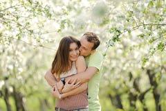 愉快的夫妇在庭院里 图库摄影