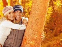 愉快的夫妇在秋天公园 免版税库存照片