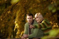 愉快的夫妇在秋天公园 图库摄影