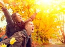 愉快的夫妇在秋天公园 免版税库存图片
