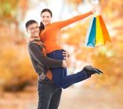 愉快的夫妇在秋天公园 免版税图库摄影