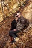 愉快的夫妇在秋天森林里 免版税库存图片