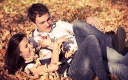 愉快的夫妇在秋天背景中 图库摄影