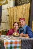 愉快的夫妇在葡萄酒室外餐馆 两个游人havin 免版税库存图片