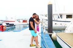 愉快的夫妇在迪拜享受蜜月 库存照片