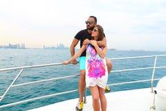 愉快的夫妇在迪拜享受蜜月 免版税库存图片
